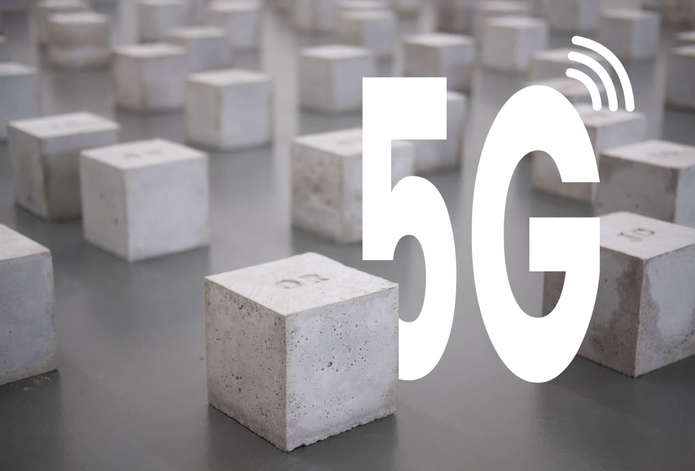 5G zwischen herumliegenden quadratischen Steinen